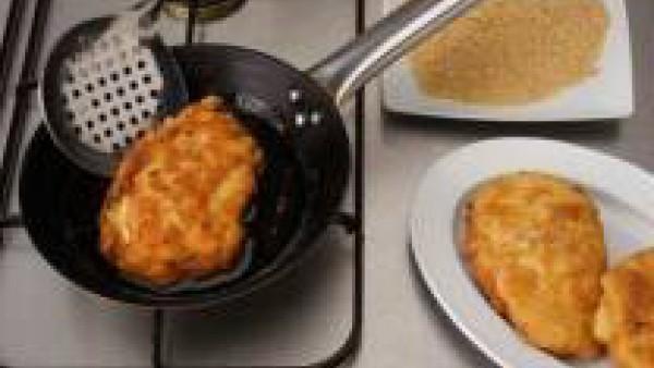 Pon una sartén al fuego con abundante aceite y cuando esté bien caliente, ve friendo los huevos empanados, hasta que estén bien doraditos, entonces sácalos y déjalos escurrir. Sirve con Tomate Frito G
