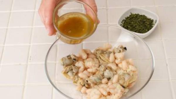 Mezcla el aceite, el vinagre y el Avecrem. Vierte esta mezcla sobre las alubias y decora con las aceitunas y los filetes de anchoa. Coloca la fuente en el frigorífico hasta el momento de servir.