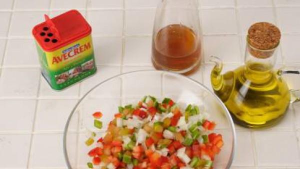 Mezcla todo en un bol y prepara una vinagreta con aceite, vinagre y Avecrem Caldo de Pollo desmenuzado. Riega bien la ensalada.