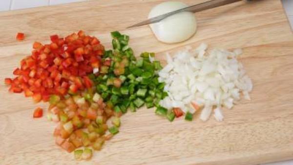 Pela la cebolla y pícala también muy menuda.