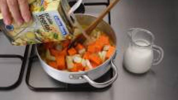 Añade la calabaza, la patata y el Caldo Casero de Verduras 100% Natural de Gallina Blanca. Lleva a ebullición. Baja el fuego, tapa y deja cocinar unos 20 minutos.