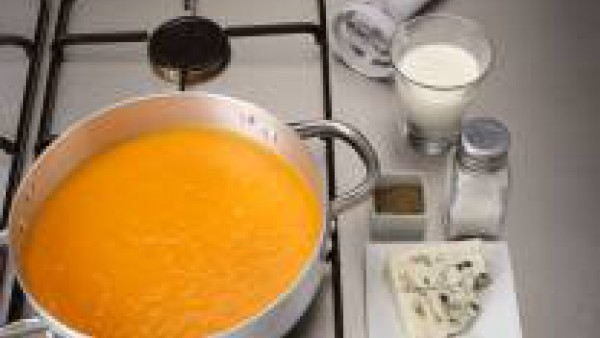 Deja enfriar ligeramente antes de pasar la mezcla por la batidora. Añade la leche, la nata y el roquefort troceado y tritura hasta que éste se derrita. Sirve.