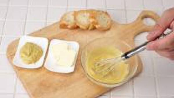 Pon la mantequilla, previamente templada, en un cuenco y bate junto con la mostaza.
