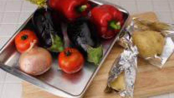 Con el horno a 200ºC, asa los pimientos, berenjenas, tomates, cebolla entera y las patatas con su piel.