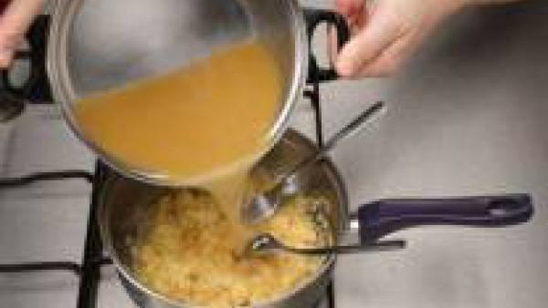 Mezcla bien la miga del pan con el queso parmesano. Después añade los huevos batidos y sigue mezclando.