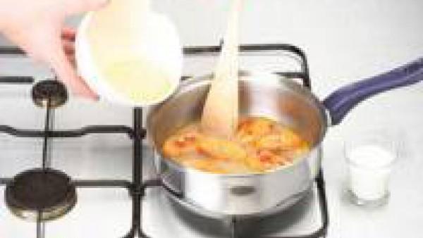 Pon el caldo con todas las verduras bien cortaditas en una cazuela. Tapa y deja cocer suavemente, hasta que estén bien tiernas. Por último, añade el maíz escurrido y cuece 5 min. más.