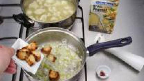 En una cazuela cuece la coliflor con el litro de Caldo Casero de Verduras 100% Natural.  Mientras, dora en otra cazuela con aceite, la cebolleta, los puerros y los ajos bien picaditos. A continuación,
