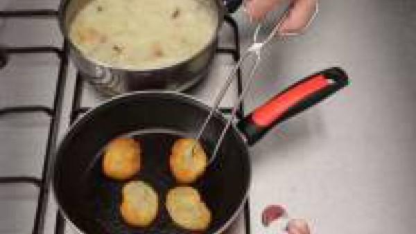 Deja cocer a fuego suave durante 30 minutos u hornea a 180ºC durante el mismo tiempo.  Mientras se cuece, unta las rebanadas de pan con ajo, fríelas y colócalas sobre la sopa una vez lista.