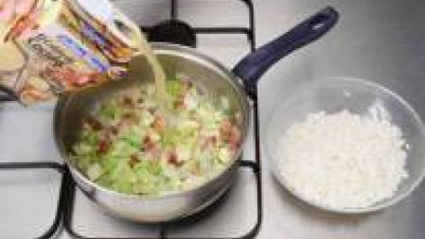 Añade el Caldo Casero de Cocido 100% Natural, tapa la olla y deja hervir unos 20 minutos. Cuando el repollo ya esté tierno, pon el arroz, previamente hecho en la sopera y vierte por encima la sopa. Re