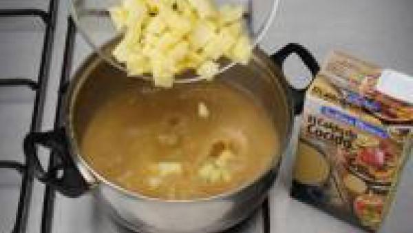 Pon en una cazuela a calentar el Caldo Casero de Cocido 100% Natural, añade las patatas cortadas en pequeños cuadrados y deja cocer unos minutos.