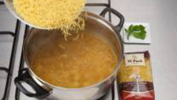 Incorpora los fideos finos y la hierbabuena y deja cocer unos tres minutos más.
