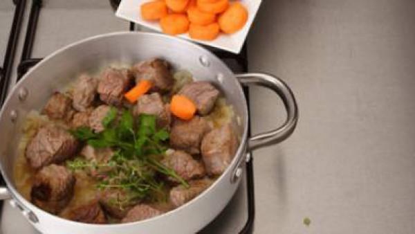 Añade las zanahorias y las especias. Espolvorea con pimienta. Tapa la olla y déjalo a fuego lento durante unos 30-40 minutos (comprueba de vez en cuando, si hay que añadir un poco de agua para que no