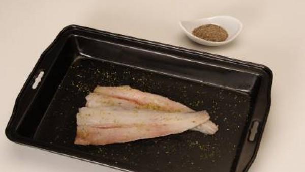 Coloca la merluza en una fuente de horno con un poco de aceite. Dora el Sofrito de Tomate y Cebolla y los champiñones troceados (reserva unos cuántos) y añade al final una pizca de Avecrem Ajo y Perej