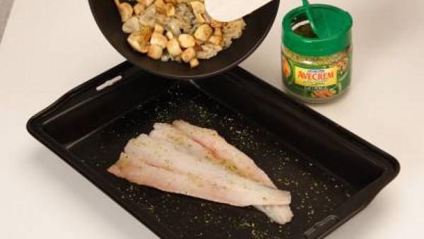 Cubre con esta mezcla mezcla la merluza. Cuece al horno, previamente precalentado, durante 8 o 10 minutos.