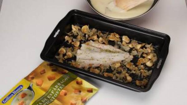 Mientras tienes el pescado en el horno, prepara la salsa: pon en un cazo la mantequilla y rehoga en ella 1/2 sobre de Crema de Champiñones Gallina Blanca y algunos champiñones que teníamos reservados,