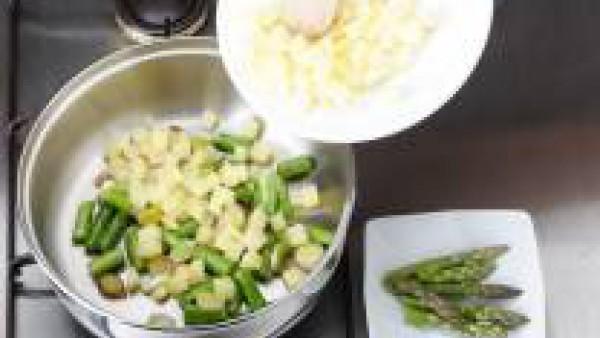 Rehogar con la mantequilla los espárragos junto con los puerros.