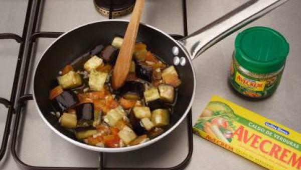 Deja que se cocine la verdura. Calienta 2 cucharadas de aceite y añadir la mitad del tomate y la berenjena. Sazona con Avecrem Verduras -30% de sal.  Tápalo y cocínalo durante 5 minutos. Cuece 5 minut