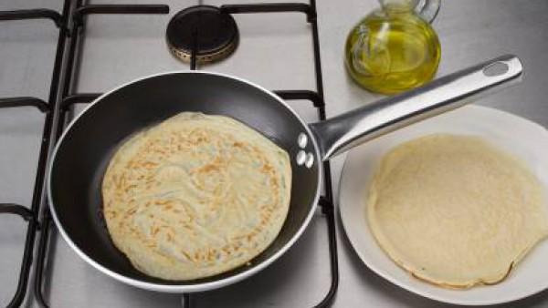 Prepara las tortitas: pinta con aceite una sartén pequeña. Calíentala y pon un poco de la masa anterior. Deja cuajar una tortita medio minuto por lado, sin dejar que se dore. Prepara el resto del mism