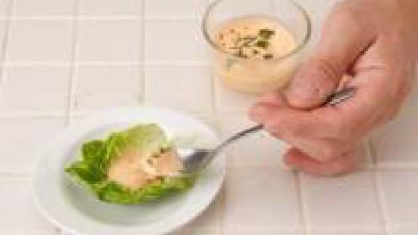 Lava y escurre las hojas del cogollo, dejando las grandes enteras y picando el resto. Ponlo todo en un cuenco y añade la mahonesa, el ketchup y el brandy.   Agrega un poco de perejil lavado y muy pica