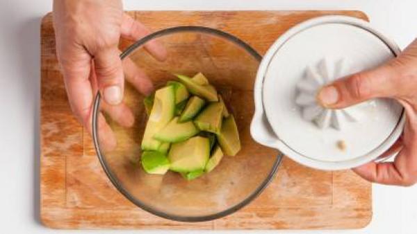 Tritura la pulpa del aguacate con el resto de ingredientes durante tres minutos a velocidad alta, hasta que quede una crema muy fina.