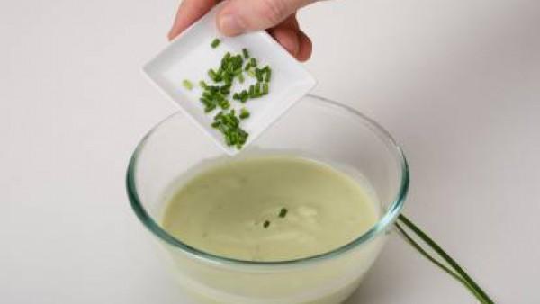 Sirve muy frío decorado con cebollino picado. También admite cilantro y tomate picado.