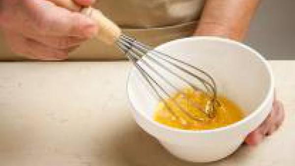 Prepara una vinagreta con el aceite y la mostaza. ¡Ahora, a disfrutar!
