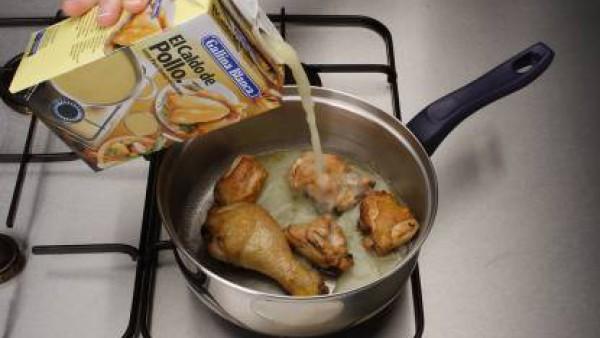 Fríe el pollo en aceite hasta que se dore. Cúbrelo con el caldo y cuece durante 15-20 min.
