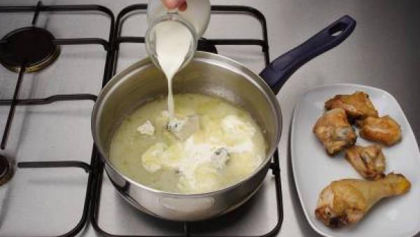 Mezcla el jugo resultante con el queso y la nata. Reduce a puré y cubre con ella el pollo. Espolvorea por encima las nueces y sirve.