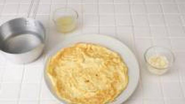 Casca los huevos en un bol, bátelos junto con el Parmesano y una pizca de sal y cocer una tortilla fina con un poco de aceite. Coloca la gelatina en un bol seco con 100 ml. de agua fría. Pon a hervir