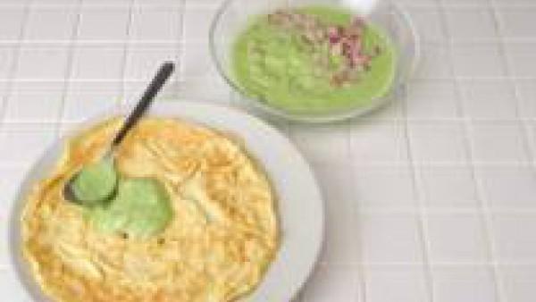Incorpora el jamón en dados a la crema de guisantes y úntala sobre la tortilla. Enróllala, córtala en rodajas de 2 cm de grosor y disponerlas sobre una rejilla. Cuando la gelatina empiece a tener la c