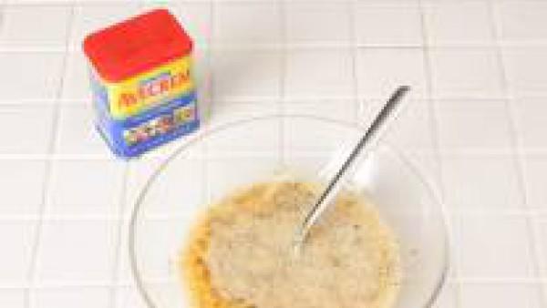 Casca los huevos en un cuenco. Sazona con Avecrem. Bátelos bien. Pica el jamón y pela y pica las cebollitas.  Lleva a ebullición agua con sal en un cazo pequeño y cuece los guisantes durante 5 minutos