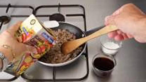 Sazona las carnes y el sofrito, diluye la haina de maíz en el vino y añádelo a la sartén junto al Caldo Casero de Carne 100% Natural. Deja que los líquidos se reduzcan hasta obtener una buena textura