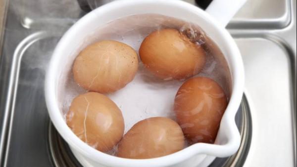 Cuece los huevos en agua hirviendo durante 10 minutos y escúrrelos. Refréscalos bajo el grifo de agua fría y pélalos. Córtalos por la mitad y extrae las yemas con una cucharita.