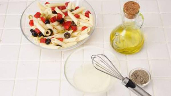 Añade el pimiento y las aceitunas a la pasta.