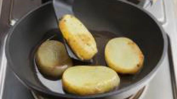 -Agrega las rodajas de patatas. Deja dorar ligeramente y sazona con una pizca de Avecrem Caldo de Pollo Gallina Blanca. Incorpora el bacón y las cebollas y remueve con cuidado. Precalienta el horno a