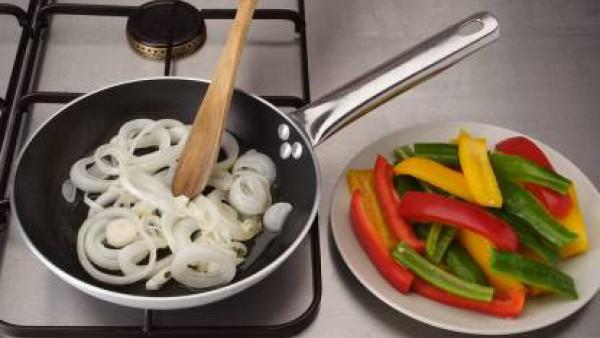 Para empezar lava los 3 tipos de pimiento, sécalos y límpialos eliminiando el rabito, las semillas y las nervaduras blancas del interior.