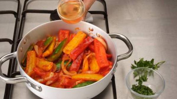 Añade al sofrito el vino blanco, remueve y déjalo 1 minuto a fuego vivo, para que se evapore.