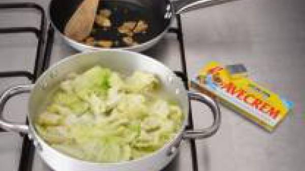 Corta el tronco del repollo.  Separa las hojas, lávalas y trocéalas. Pela las patatas, lávalas y córtalas también en trozos. Cuece el repollo en agua con una pastilla Avecrem Dúo Legumbres Estofadas,
