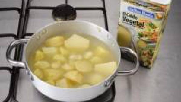 Cuece las patatas en 1 brick de Caldo Casero de Verduras 100% Natural durante 15 minutos, hasta que estén muy tiernas. Aparta un poco de repollo y algunos trozos de patata y pasa el resto por la batid