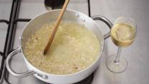 Lava el limón, sécalo y corta un trozo de la cáscara en juliana, desechando la parte blanca. Exprímelo y filtra el jugo obtenido. Unos minutos antes de terminar la cocción, rocía el arroz con un chorr