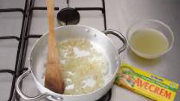 Disuelve la pastilla Avecrem en 4 tazas de agua hirviendo. Pela la cebolla y pícala fina. Calienta el aceite en una cazuela grande. Añade la cebolla y rehógala hasta que empiece a tomar color. Agrega