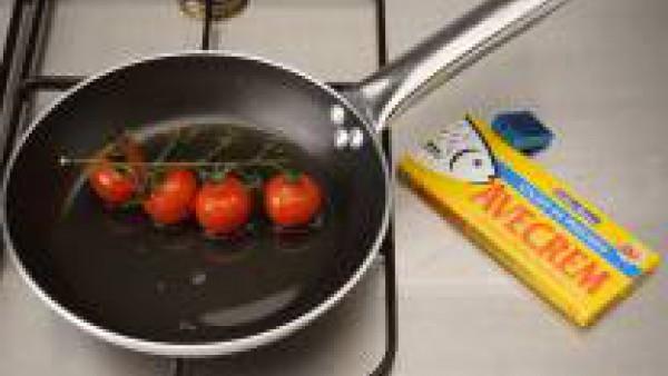 Lavar y secar los tomates.  Calentar la mitad del aceite en una sartén y añadirlos.  Agregar el azúcar y una cucharada de vinagre.  Salpimentar y rehogarlos durante 3-4 min., sin dejar de remover.