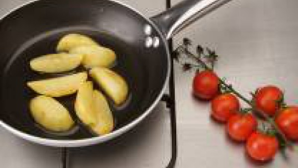 Pela, seca y lava las patatas.