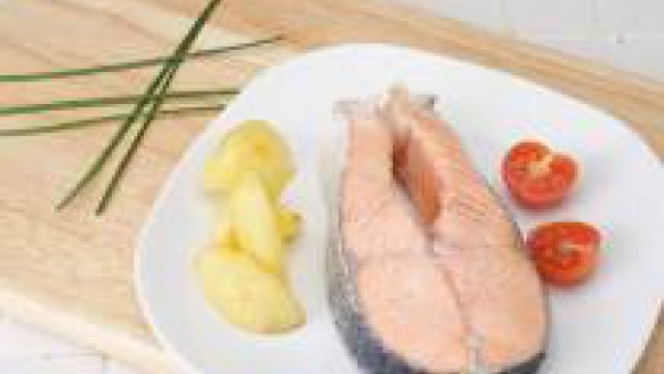 Espolvorea el cebollino picado, decora con el tallo reservado.