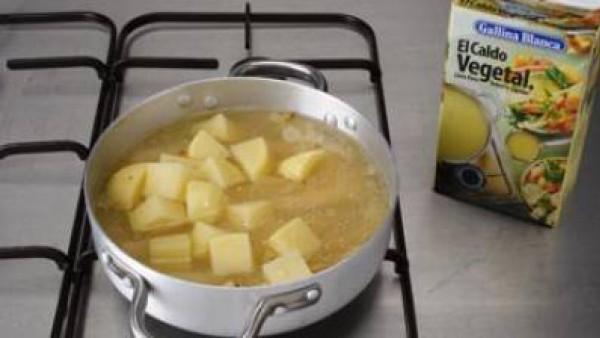 Tapa la olla y deja cocer hasta que la patata esté cocida.  Seguidamente, tritúralo y pásalo por el colador chino o tamiz y volver a ponerlo en la misma olla.  Cuando el conjunto vuelva a hervir, añad