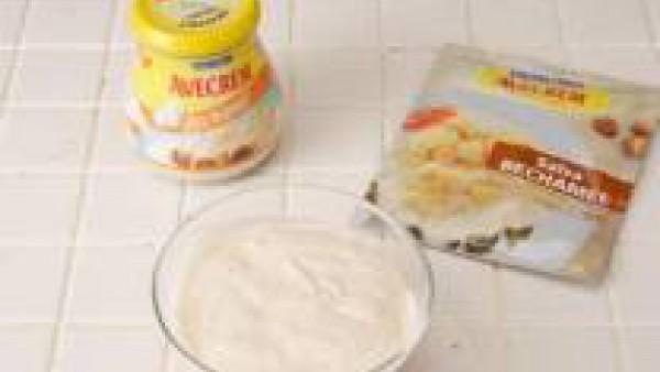 Prepara el sobre de Mi Salsa Bechamel, según las instrucciones del sobre.  Una vez hecha, cubre el fondo de una fuente refrectaria con ella, y dispón encima las espinacas. Crea 4 huecos. Casca un huev