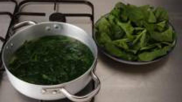 Limpia las espinacas, lávalas y ponlas en una cazuela con agua durante 5 min. aproximadamente. Escúrrelas bien y reserva. Pela el diente de ajo y dóralo entero con 2 cucharadas de aceite.