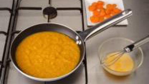 Retira las zanahorias y pon en la cazuela el puré reservado. Cuécelo un par de minutos y aparta la cazuela del fuego. Incorpora las yemas previamente batidas con el zumo del medio limón, poco a poco y