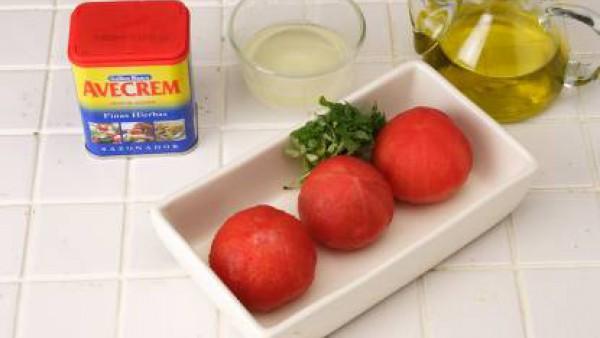 Mezcla el aceite con el azúcar. Pinta con él los tomates.  Espolvoréalos con una pizca de Avecrem, y hornéalos durante 15-20 minutos (según tamaño).