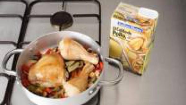 En el mismo aceite rehoga las cebollas, los pimientos, los dientes de ajo y la berenjena, a fuego medio, hasta que estén tiernas, removiendo de vez en cuando. Añade los tomates picados y continúa la c